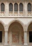 De vensters en de overwelfde galerij van het kasteel Stock Fotografie