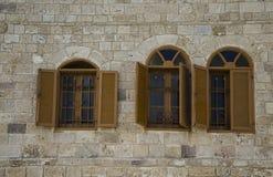 De vensters met shuttered in steenmuur royalty-vrije stock afbeelding