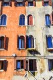 De vensters van de boogvorm op de muur van de contrastkleur Royalty-vrije Stock Foto's