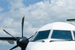De vensters van de cockpit van propellervliegtuig stock afbeeldingen