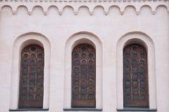 De vensters van de oude kathedraal. De architectuur van ancien Stock Afbeelding