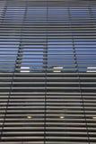 De vensters van de wolkenkrabber Stock Foto's