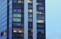 De vensters van een bureaugebouw Royalty-vrije Stock Foto