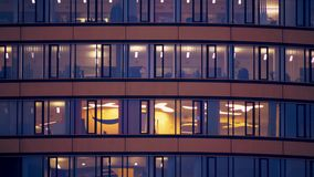 De vensters van de grote zaken centreren, gelijk makend tijd stock footage