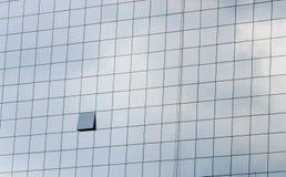 De vensters van het bureau met bezinning Stock Foto