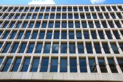 De vensters van het glas op de voorzijde van een gebouw Royalty-vrije Stock Afbeelding