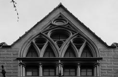 De vensters van de kathedraalstijl hierboven Stock Fotografie