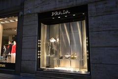 De vensters van Prada vormen boutique voor de Kerstmisvakantie wordt verfraaid met mooie vrouwelijke zakken en een overschotlaag  royalty-vrije stock afbeelding