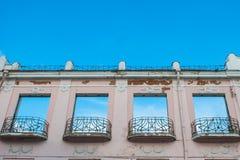 De vensters zien de hemel onder ogen De dakloze bouw royalty-vrije stock foto