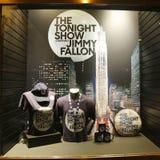 De venstervertoning met wordt verfraaid toont vanavond met Jimmy Fallon-embleem in Rockefeller-Centrum dat Stock Fotografie