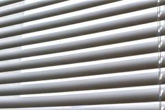 De vensterzonneblinden, openen half royalty-vrije stock fotografie