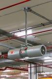 De Ventilatie van het autoparkeren, de opstelling van Tunneljet fan op het plafond FO stock fotografie