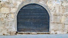 De ventilatiedekking van de metaalgrill In een steenmuur royalty-vrije stock afbeelding