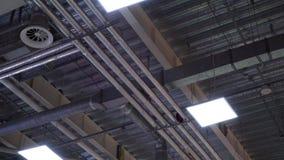 De ventilatiepijpen van het Hvacsysteem op plafond van de grote industriële bouw stock videobeelden
