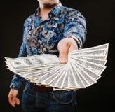 De ventilator van de mensenholding van dollarbankbiljetten Toont op camera voor geld royalty-vrije stock afbeelding