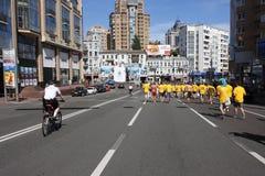 De ventilators die van de voetbal onderaan de straat lopen Royalty-vrije Stock Fotografie