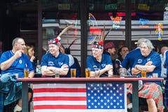 De ventilators die van het de voetbalteam van Schotland bier drinken Stock Fotografie