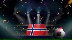 De ventilators houden de vlag van Noorwegen onder silhouet van menigtepubliek in voetbalstadion met confettien om voetbalspel te  royalty-vrije illustratie