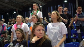 De ventilators steunen hun team met schreeuwen en applaus stock videobeelden