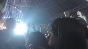 De ventilators van beroemde musicus die van overleg genieten, zingen favoriet lied samen, applaus stock footage