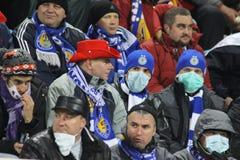 De ventilators van Dynamo Kiev dragen beschermende maskers Stock Afbeelding
