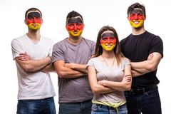 De ventilators van groeps mensen verdedigers van de nationale teams van Duitsland met geschilderd die vlaggezicht op wit wordt ge stock afbeelding
