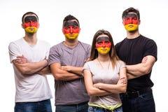 De ventilators van groeps mensen verdedigers van de nationale teams van Duitsland met geschilderd die vlaggezicht op wit wordt ge stock fotografie