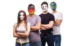 De ventilators van groeps mensen verdedigers van nationale teams met geschilderd vlaggezicht van Duitsland, Mexico, de Republiek  royalty-vrije stock foto's