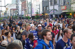 De ventilators van het Vancouver Canuckshockey op Granville Street Stock Fotografie