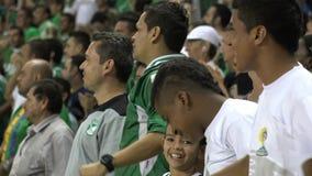 De ventilators van het voetbal bij stadion stock video