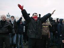 De ventilators van het voetbal tegen autoriteiten Stock Foto's