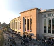 De ventilators wachten online bij poort om het spel van Yankee in Bronx te zien, NY Royalty-vrije Stock Afbeelding