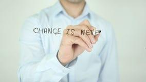 De verandering is nooit Gemakkelijk maar Noodzakelijk Schrijvend op het Transparante Scherm stock videobeelden