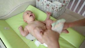 De verandering van de babyluier stock video