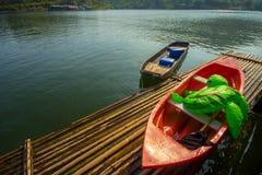 De verankerde boten op een houten vlot. Royalty-vrije Stock Fotografie