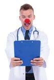 De verbaasde idiot nota's van de artsenlezing stock afbeelding