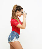 De verbaasde jonge mooie camera van de vrouwenholding Stock Foto's