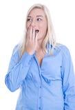 De verbaasde jonge vrouw met blond haar en een blauwe blouse is geschokt Royalty-vrije Stock Foto's