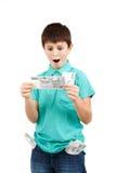 De verbaasde jongen bekijkt de rekening Stock Fotografie