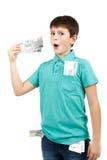 De verbaasde jongen bekijkt de rekening Royalty-vrije Stock Afbeelding
