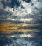 De verbazende achtergrond van het onweerswolkenzeegezicht Overzees landschap en donkere hemel Stock Foto's