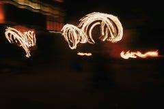 De verbazende brand toont bij nacht bij festival of huwelijkspartij Brand DA Royalty-vrije Stock Foto