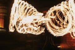 De verbazende brand toont bij nacht bij festival of huwelijkspartij Brand DA Royalty-vrije Stock Afbeeldingen