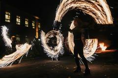 De verbazende brand toont bij nacht bij festival of huwelijkspartij Brand DA Royalty-vrije Stock Fotografie