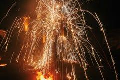 De verbazende brand toont bij nacht bij festival of huwelijkspartij Brand DA Stock Fotografie