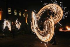 De verbazende brand toont bij nacht bij festival of huwelijkspartij Brand DA Stock Foto