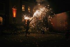 De verbazende brand toont bij nacht bij festival of huwelijkspartij Brand DA Stock Foto's