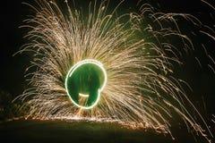 De verbazende brand toont bij nacht bij festival of huwelijkspartij Brand DA Stock Afbeeldingen
