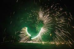 De verbazende brand toont bij nacht bij festival of huwelijkspartij Brand DA Royalty-vrije Stock Foto's