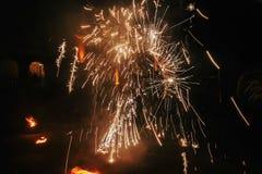 De verbazende brand toont bij nacht bij festival of huwelijkspartij Brand DA Royalty-vrije Stock Afbeelding